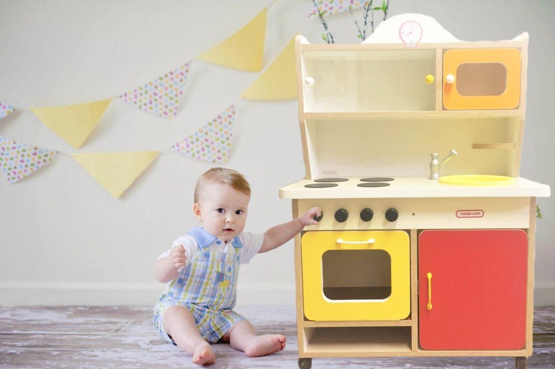 otroška kuhinja, naslovna, otroska kuhinja, lesena otroska kuhinja, darilo, novo leto, mini kuhinja, montaža pohištva, predelava pohištva, montaza, ikea, otrosko pohištvo